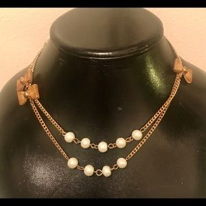 Jewelry - Cute Gold Tone Bows & Pearls Necklace!